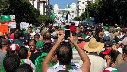 Miles de argelinos salieron a las calles en un nuevo viernes de protestas