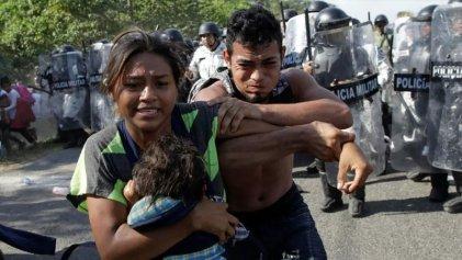 Policía y Ejército guatemalteco reprimen a la caravana migrante