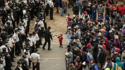 """Con fronteras militarizadas, llama AMLO a """"diálogo"""" con migrantes"""