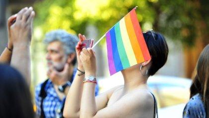 Multan a una pareja en Florida por exhibir bandera LGBT en su casa