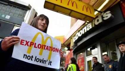 Trabajadores de cadenas de comida rápida en Estados Unidos exigen aumento salarial