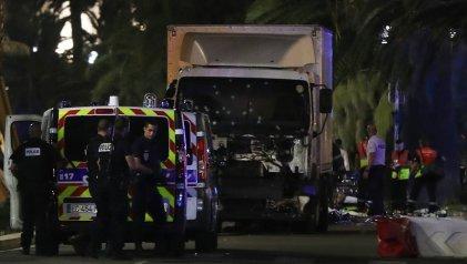 Ataque en Francia: un camión atropelló y mató a más de ochenta personas en Niza