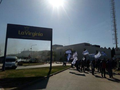 Trabajadores de La Virginia bloquean los portones de la planta