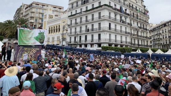 Las detenciones marcan un nuevo viernes de protesta en Argelia