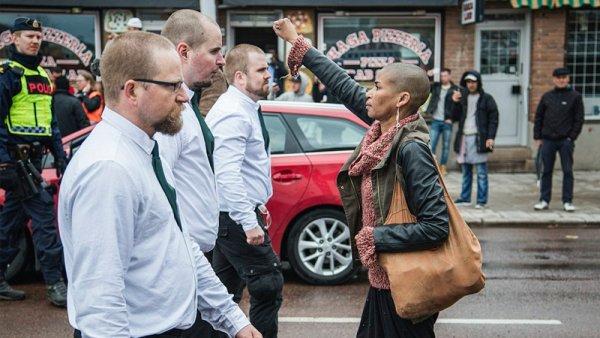 Una mujer se enfrenta a una manifestación fascista en Suecia